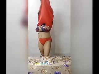 desi mature showing her hot figure online